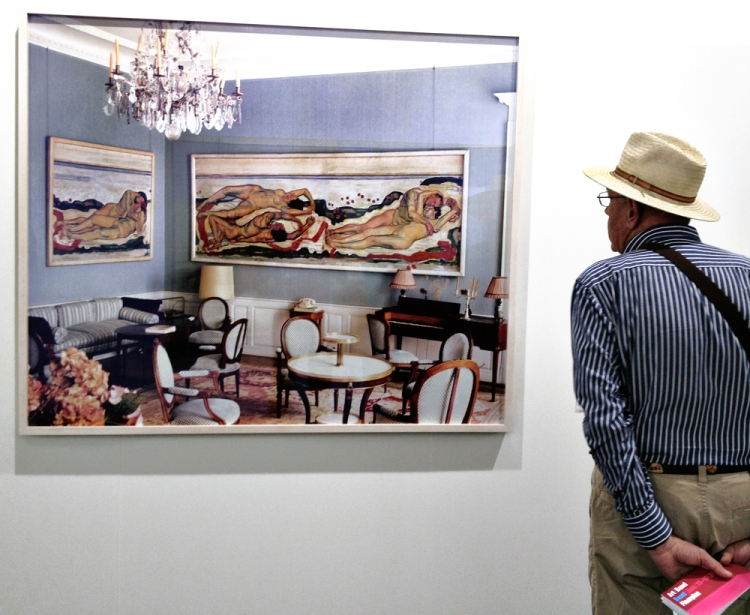 "Art lover in front of Louise Lawler's ""Salon Hodler"", 1992-93 © Jan Oberg 2013"