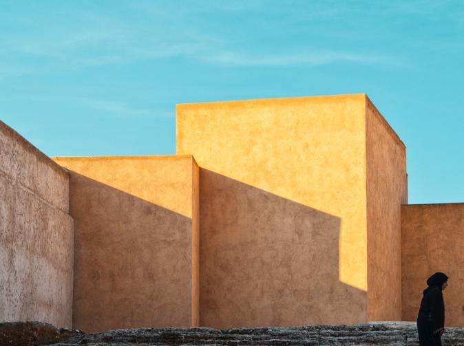 """Four Walls And Woman! -  Marrakesh 2015 © Jan Oberg 2015"